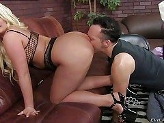Julie Cash is a bootylicious light-haired domina with meaty breasts